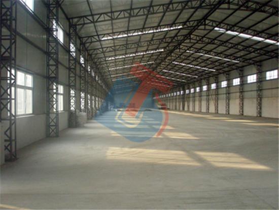 一、上海钢结构厂房简介 钢结构厂房是以钢材制作为主的结构,是主要的建筑结构类型之一。钢材的特点是强度高、自重轻、整体刚性好、变形能力强,故用于建造大跨区和超高、超重型的建筑物特别适宜;材料匀质性和各向同性好,属理想弹性体,符合一般工程力学的基本假定;材料塑性、韧性好,可有较大变形,能很好地承受动力荷载;建筑工期短;其工业化程度高,可进行机械化程度高的专业化生产;加工精度高、效率高、密闭性好,故可用于建造气罐、油罐和变压器等。 二、联系方式 公司电话:0512-65861466 公司地址:苏州相城区古元路1