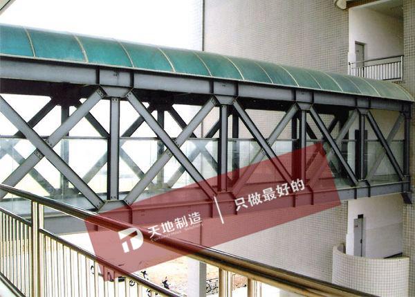 钢连廊常用于两建筑物之间,扩充空间,提高空间使用效率;顶部采用阳光板或瓦楞板,透光性能好;且连廊的使用,可以提高外观的视觉冲击率与震撼力! 一般运用:长用于厂房间的链接及个各种市场内雨棚等。 一般规格:跨度8-15米 梁间距4-5米 檩条间距1.5米 (可根据客户具体要求设计) 联系方式: 朱经理 13382188568